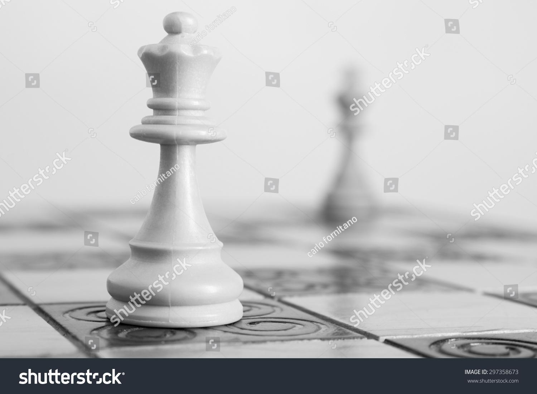 国际象棋的棋盘上拍照图片