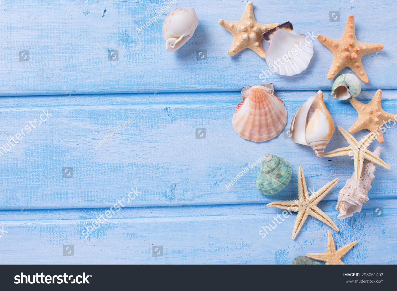 不同的海洋蓝色木上的项目背景.木板上的对象.有选择.图片