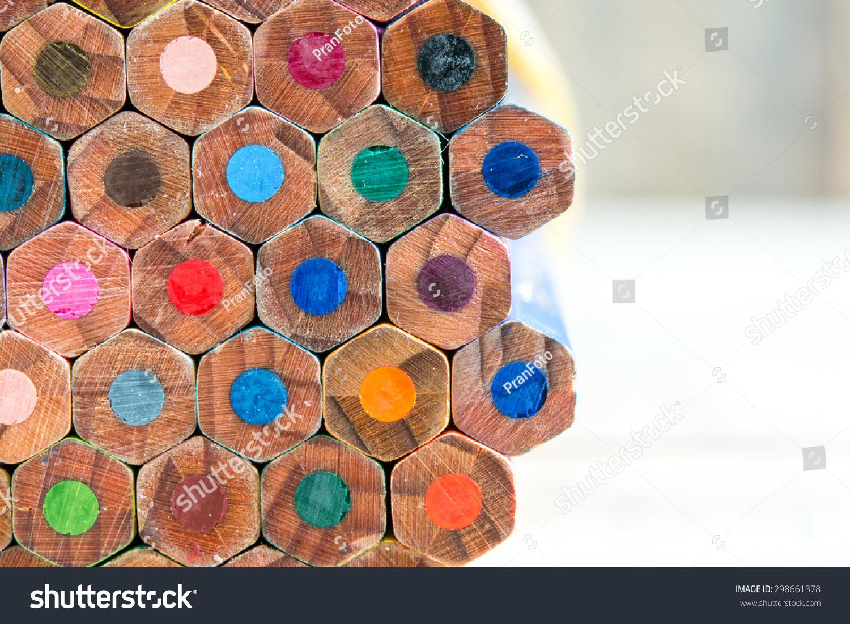 彩色铅笔在木头背景密切起来