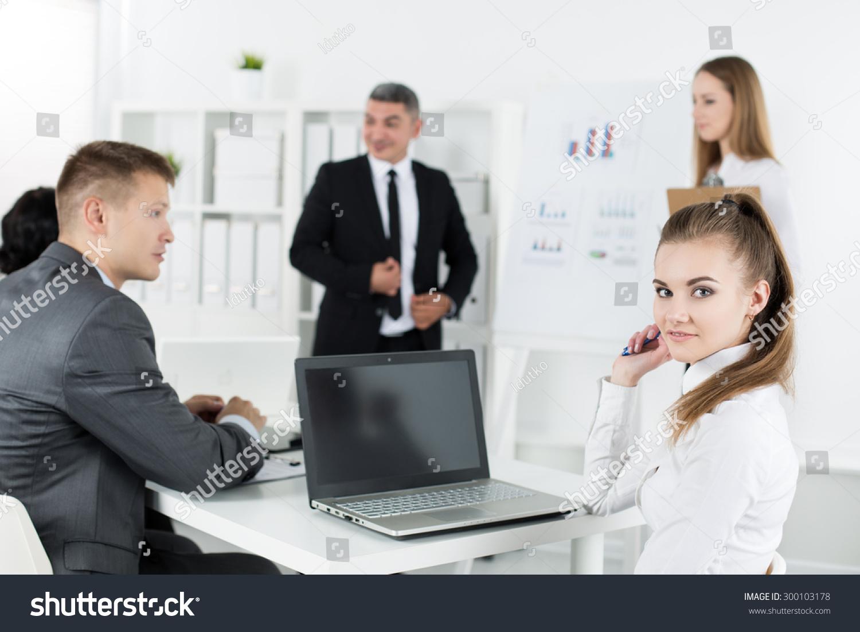 业务人员在办公室开会,讨论项目.