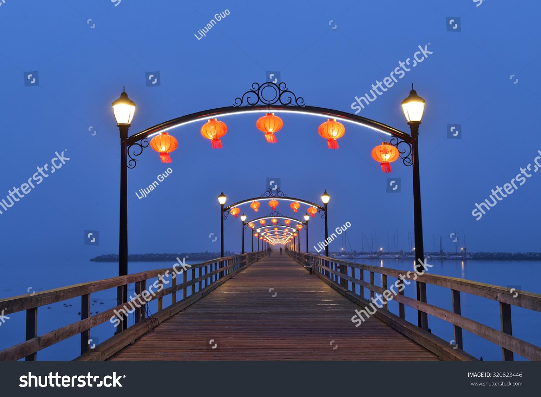美丽的红色灯笼发光的白色岩石码头庆祝中国的中秋节图片