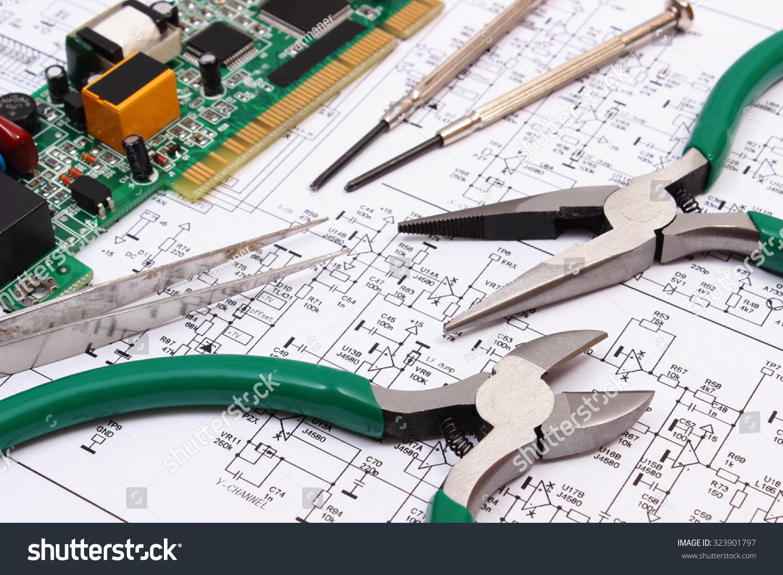 印刷电路板和电子元件和电子,精密工具躺在施工图图纸