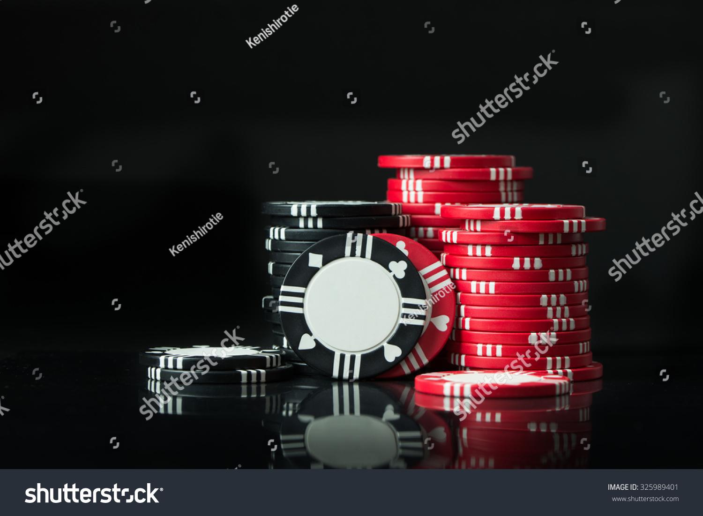 成堆的扑克筹码孤立在黑色背景