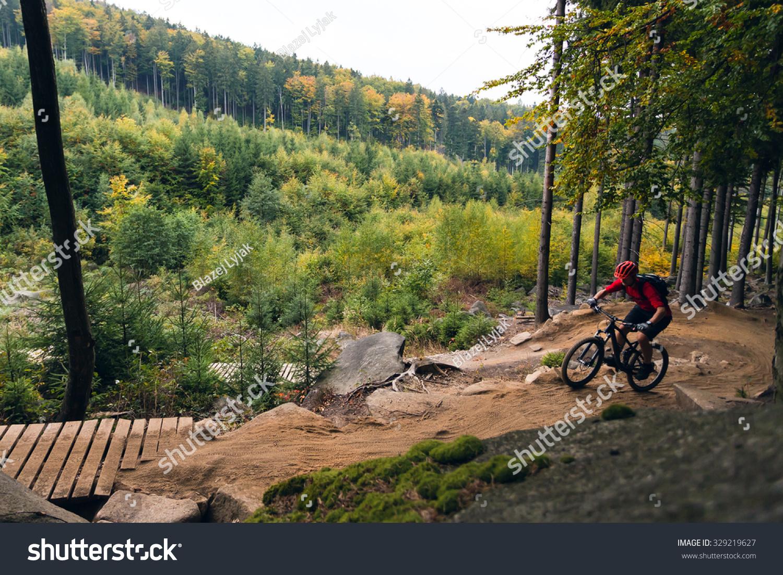 山地自行车骑自行车在秋天鼓舞人心的山脉景观